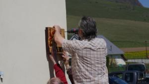 Installation de la première plaque par le Maire.